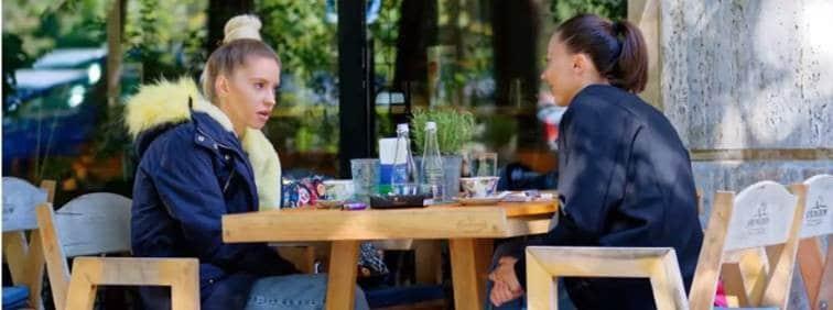 Gespräch zweier Frauen an einem Tisch